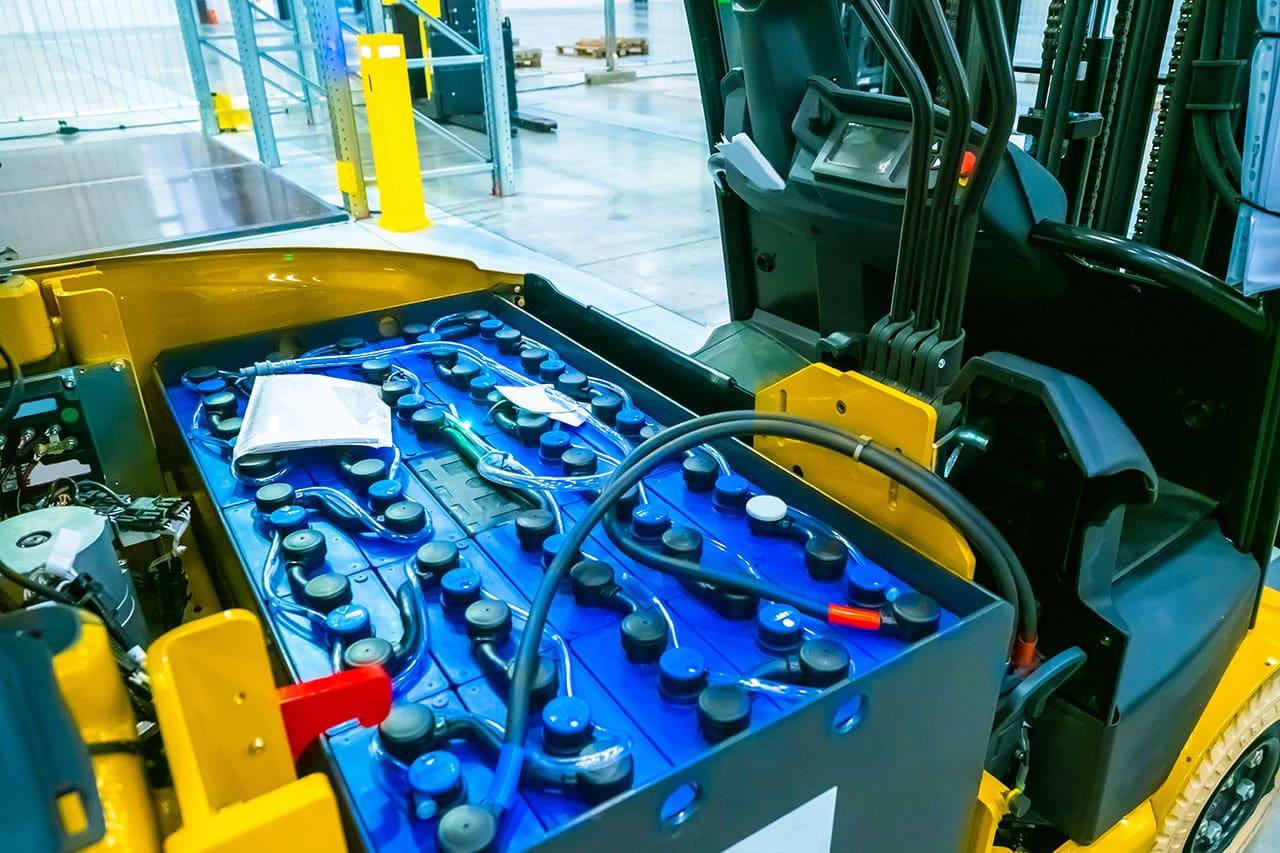 Bateria wózka widłowego – działanie i objawy awarii
